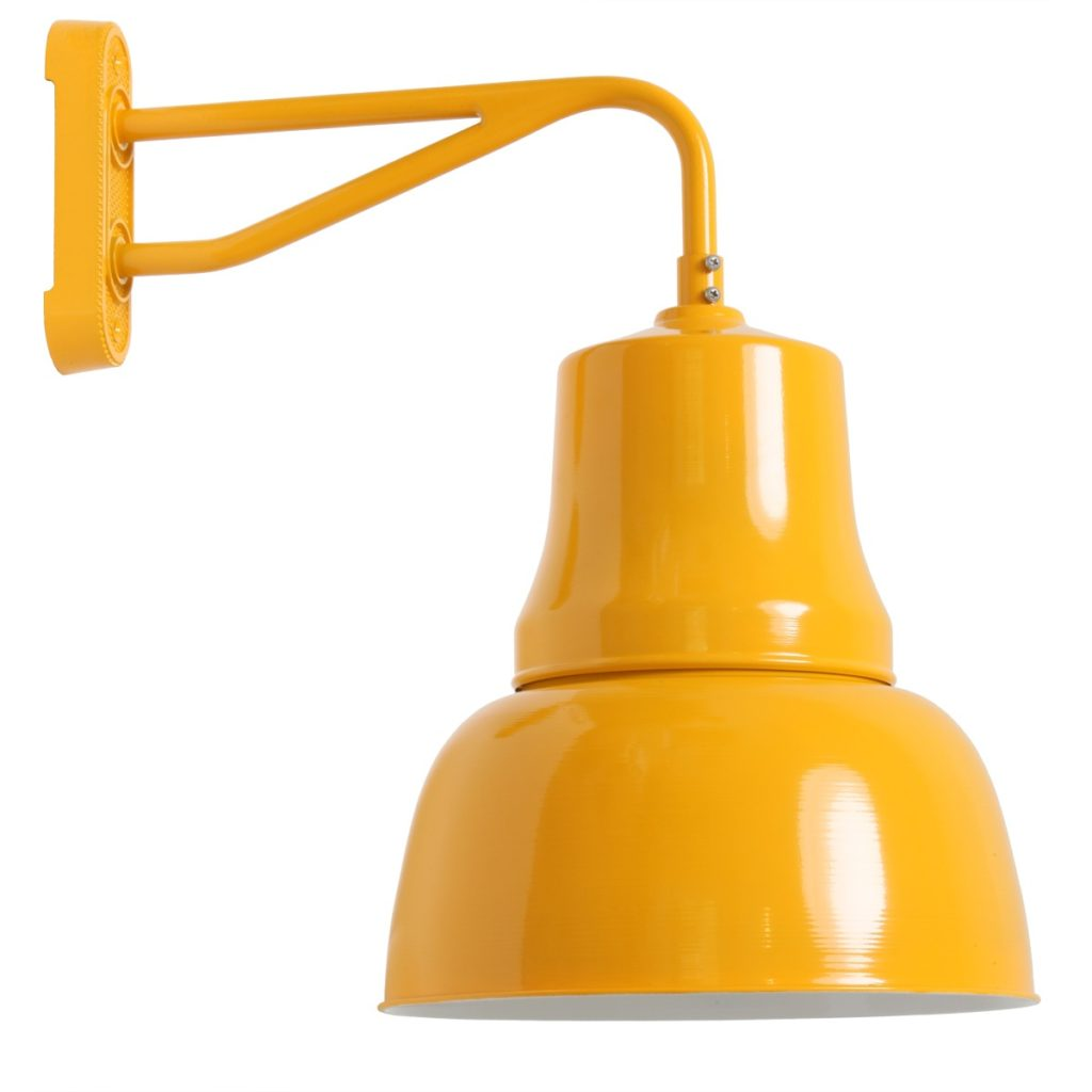 gelbe Hoflampe mit tiefem Schirm